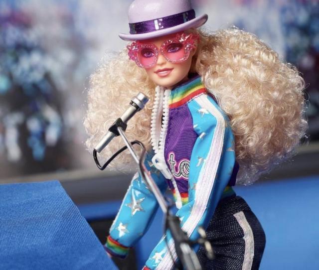 Elton John anuncia lançamento de Barbie inspirada em looks de sua carreira