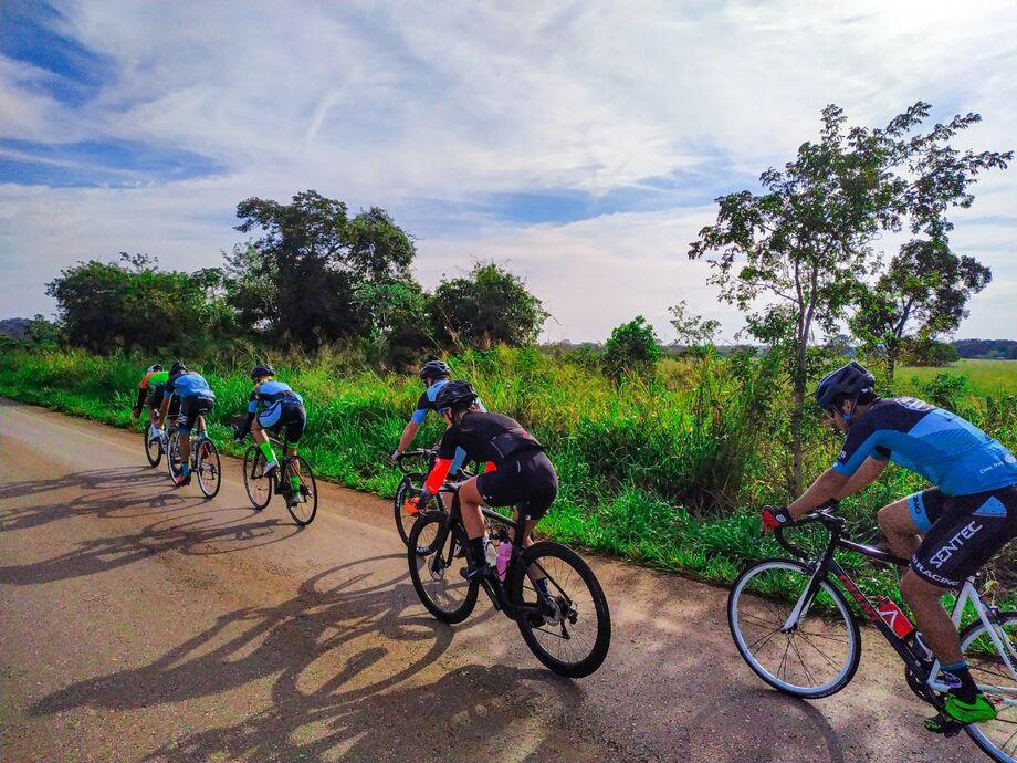 As duas modalidades  corrida e ciclismo  são realizadas ao ar livre
