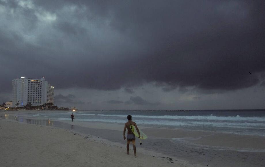 Nuvens são avistadas na praia Gaviota Azul enquanto tempestade Zeta se aproxima de Cancún, no México