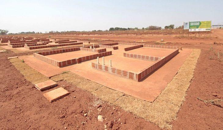 O Governo do Estado constrói a base e o cidadão fica responsável pela construção de sua própria moradia no prazo de 24 meses
