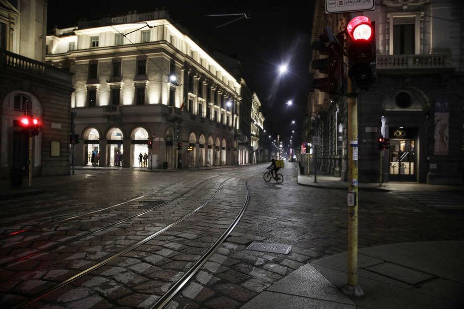 Ruas vazias em Milão, no norte da Itália, neste domingo, 25