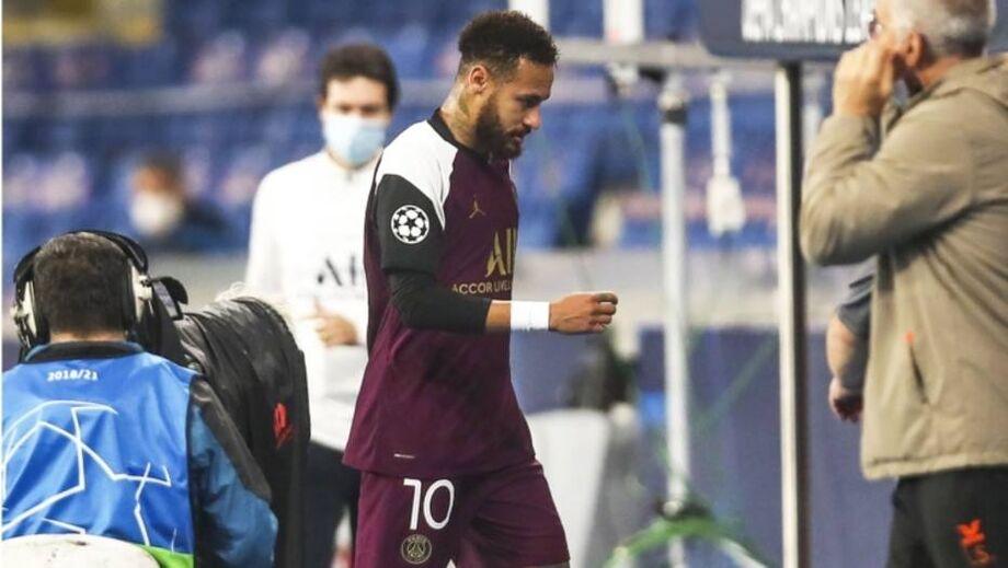 Neymar deixa o campo ainda no primeiro tempo do jogo da Liga dos Campeões