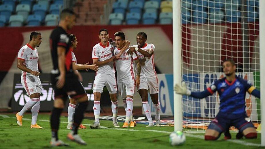 Leandro Fernández comemora gol na vitória do Inter sobre o Atlético-GO