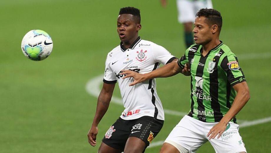 Cazares tenta fugir da marcação na partida entre Corinthians e América-MG