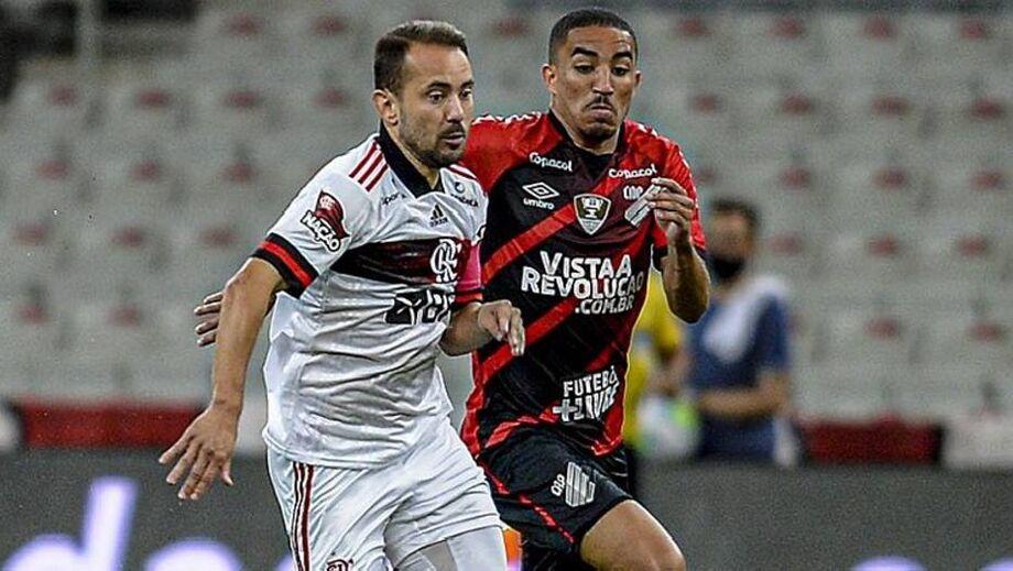 Everton Ribeiro leva o Flamengo ao ataque na partida contra o Athletico-PR