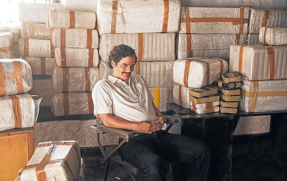 Ator que interpretou Pablo Escobar deve dirigir os dois primeiros episódios da produção