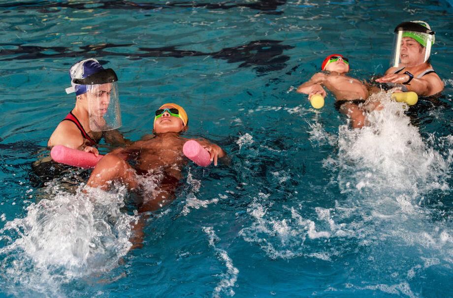 O ideal é levar uma máscara nova dentro de um saco que impeça a umidade, para ser usada após o nado.