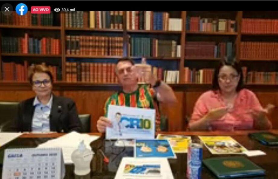 O presidente Jair Bolsonaro durante live nesta quinta-feira