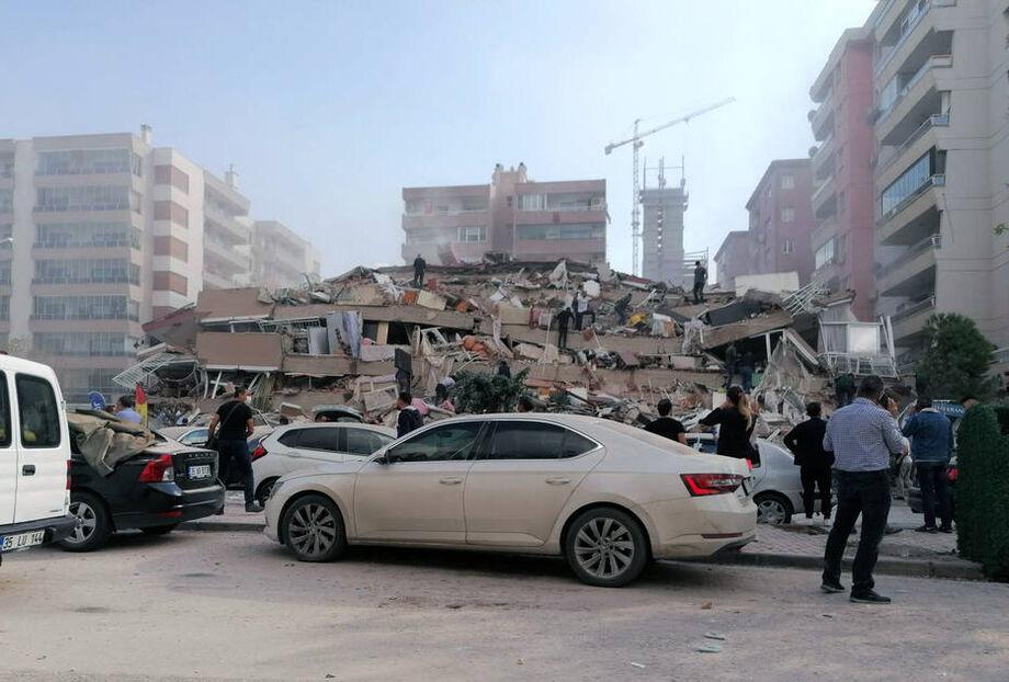 Terremoto destruiu prédio ao oeste da Turquia.
