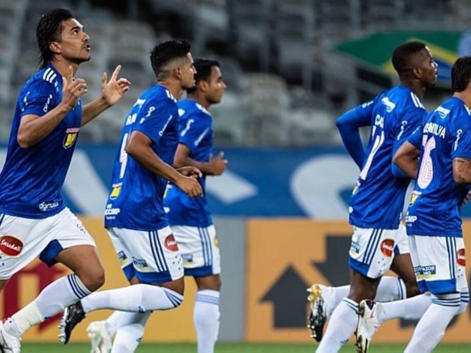 Marcelo Moreno comemora gol na vitória do Cruzeiro sobre o Paraná