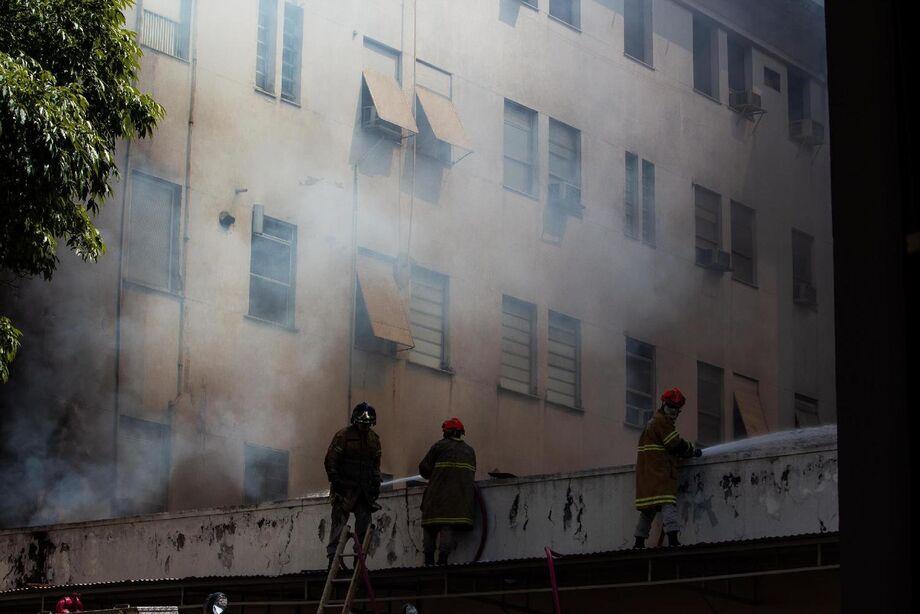 Os outros prédios que compõem o complexo hospitalar não chegaram a ser atingidos pelo fogo e podem funcionar normalmente.