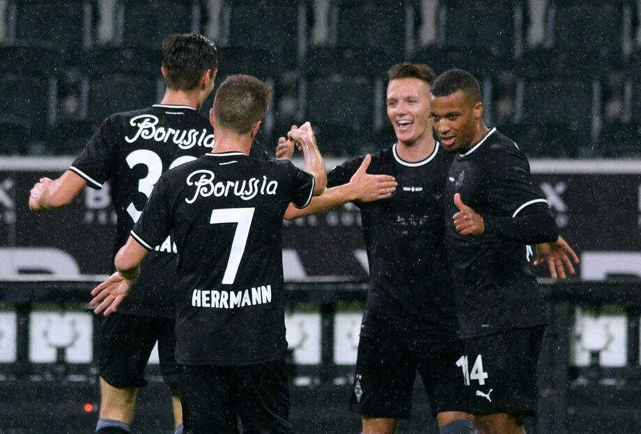 Jogadores do Borussia Mönchengladbach comemoram gol da vitória sobre o RB Leipzig