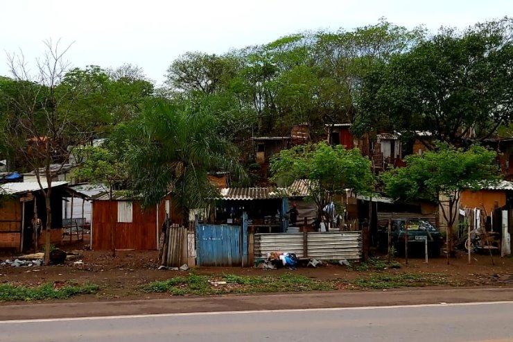 Cerca de 600 famílias corumbaenses vivem em condições extremas, algumas em barracas ou outras ocupações degradantes nas imediações de Corumbá