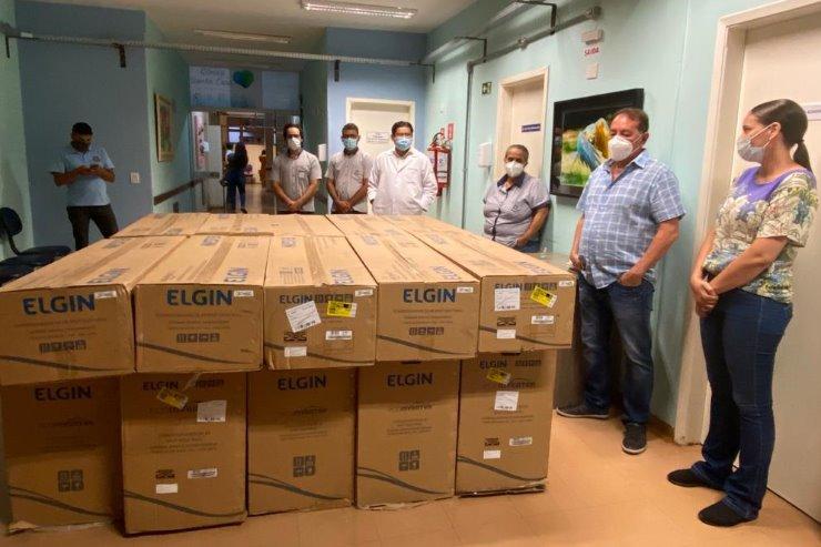 Gerson entrega aparelhos de ar condicionado à Santa Casa