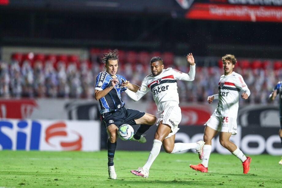 Grêmio reclama de pênalti de Reinaldo em Geromel