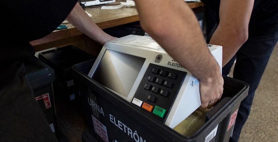 O processo corresponde à inserção, em cada uma das urnas que serão utilizadas no dia da votação, de informações oficiais referentes aos dados dos candidatos e eleitores de cada seção eleitoral