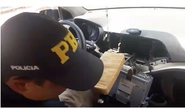 A Polícia Rodoviária Federal (PRF) apreendeu 30,7 Kg de cocaína neste domingo (18), em Ivinhema
