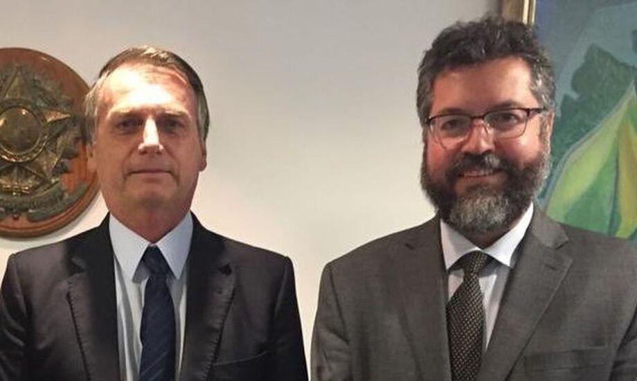 O presidente Jair Bolsonaro recebeu neste sábado no Palácio da Alvorada o ministro das Relações Exteriores, Ernesto Araújo