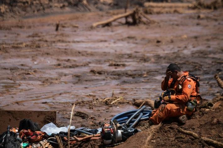 Agente do Corpo de Bombeiros de Minas durante trabalho de busca nos escombros da barragem Córrego do Feijão