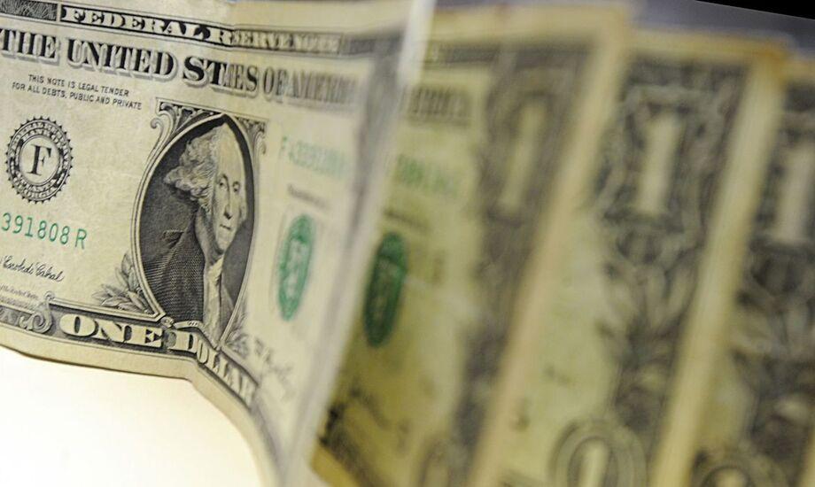 O dólar operou de lado ante o real nos negócios da tarde, após uma manhã volátil, enquanto investidores aguardam desdobramentos sobre o pacote de estímulos nos Estados Unidos