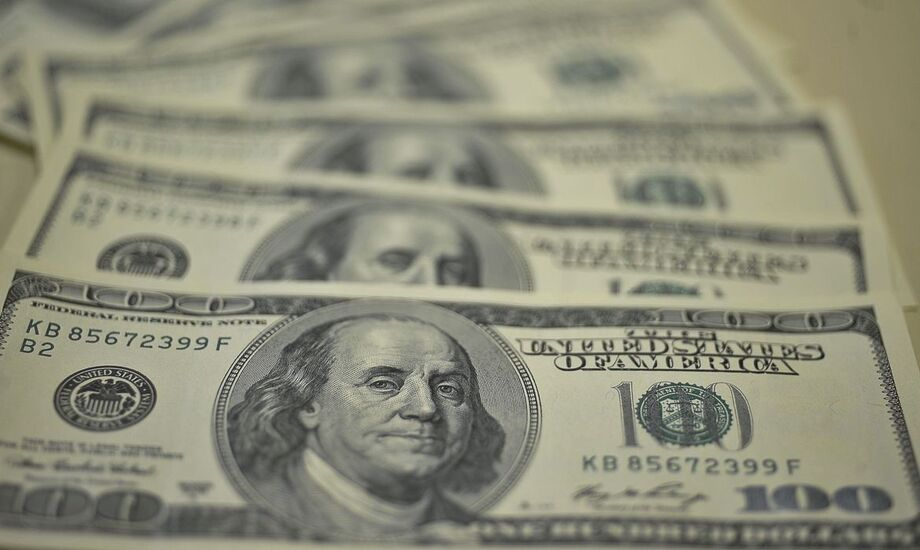 O dólar reduziu o ritmo de queda perto do fechamento, voltando a encostar em R$ 5,60