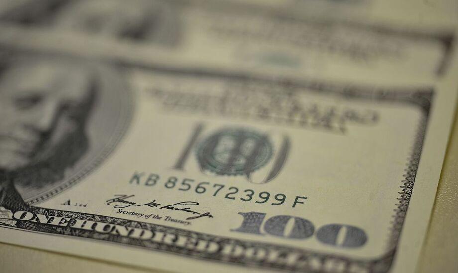 O dólar caiu nesta sexta-feira, mas fechou outubro acumulando alta de 2,13%, o terceiro mês seguido de ganhos