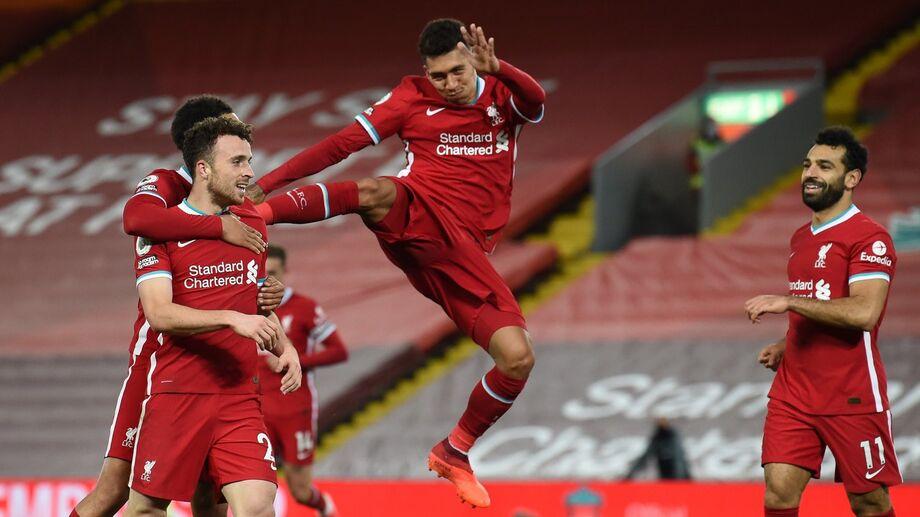 Firmino comemora gol com companheiros de time