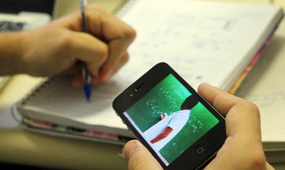 A pesquisa diz que 82,4% dos professores se sentem extremamente ou muito confiantes com relação ao seu preparo técnico para o ensino online