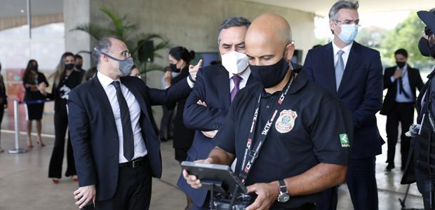 Ministros Roberto Barroso do TSE, André Mendonça e o diretor da PF durante o Exercício Nacional Simulado Drones nas Eleições 2020