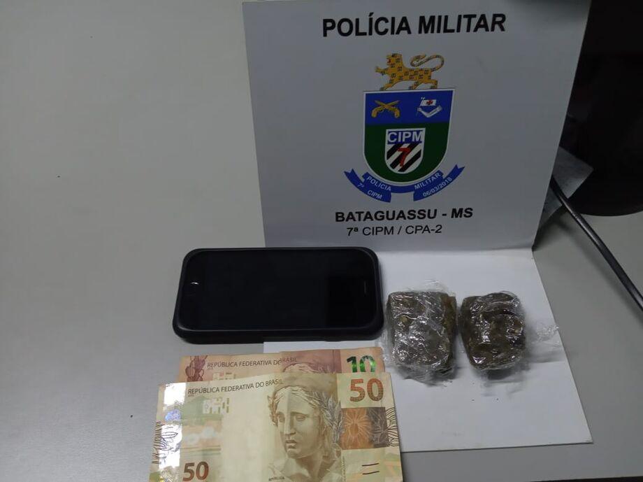 O jovem confessou que vendia drogas e que fazia a negociação por mensagens