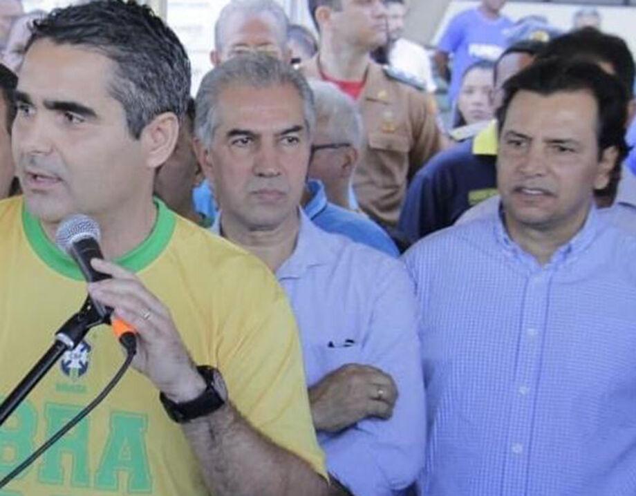 O deputado Herculano Borges (à esq), o governador Reinaldo Azambuja (centro) e o presidente da Fundesporte Marcelo Miranda (à dir)