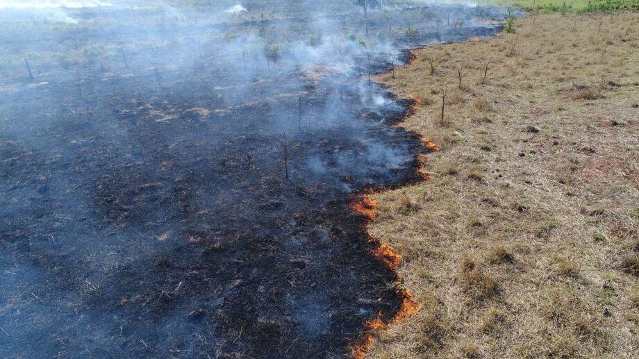 Agentes da Polícia Militar Ambiental (PMA) autuaram no fim da tarde de ontem (16) o proprietário de um lote no assentamento Tagros, por incêndio em área de pastagem