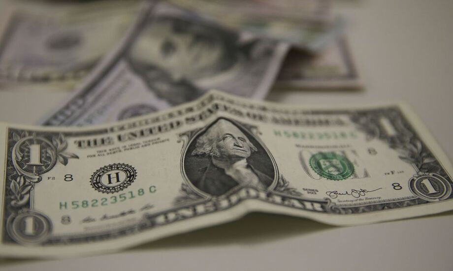 Apesar da queda nesta sexta-feira, o dólar subiu 1,97% na semana e encerrou outubro com alta de 2,17%.