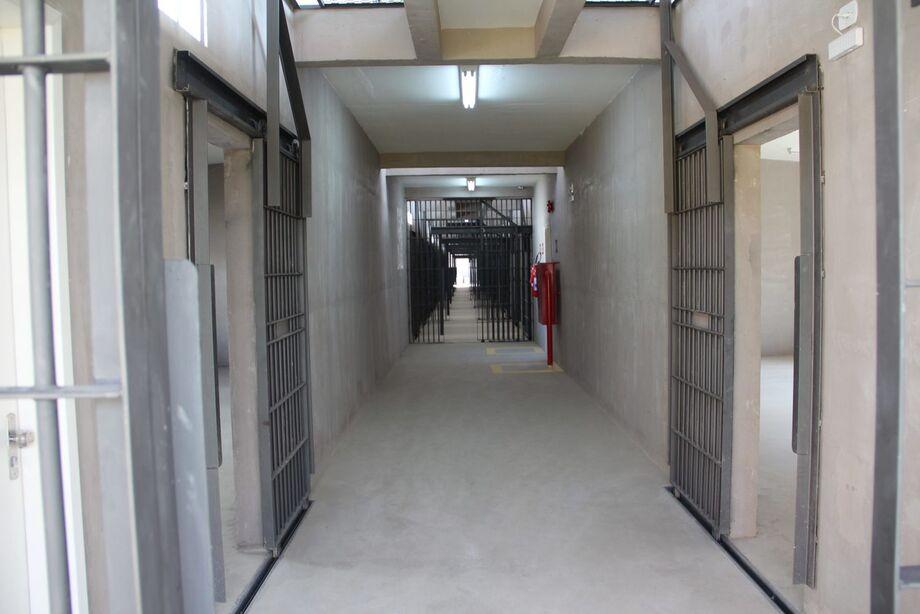 A medida é uma forma de evitar a entrada de grande volume de pessoas nos estabelecimentos prisionais, o que provocaria uma maior disseminação da Covid-19 no ambiente carcerário e fora dele