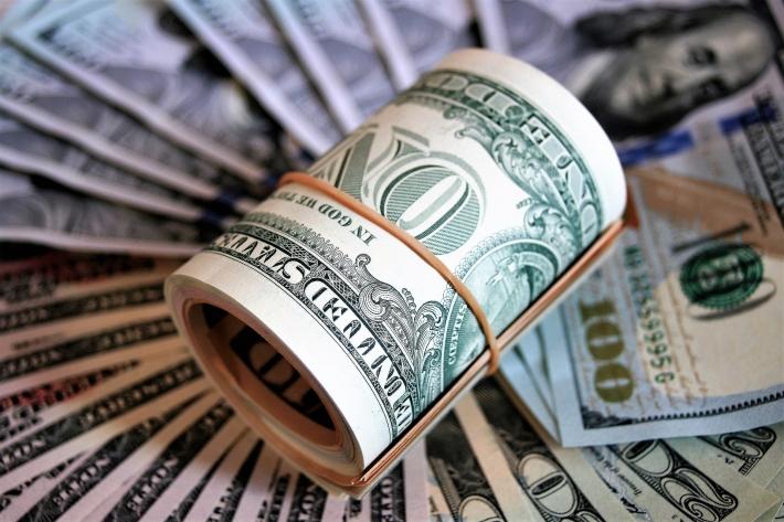 A expectativa de um acerto para o pacote de estímulo fiscal fez o dólar cair nas mínimas