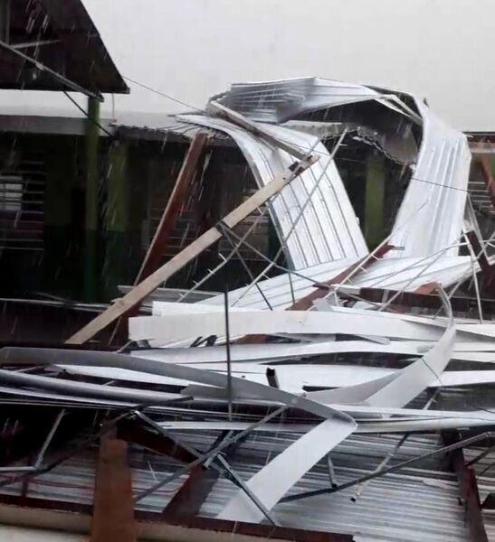 Teto de escola caído após forte chuva em Rio Negro