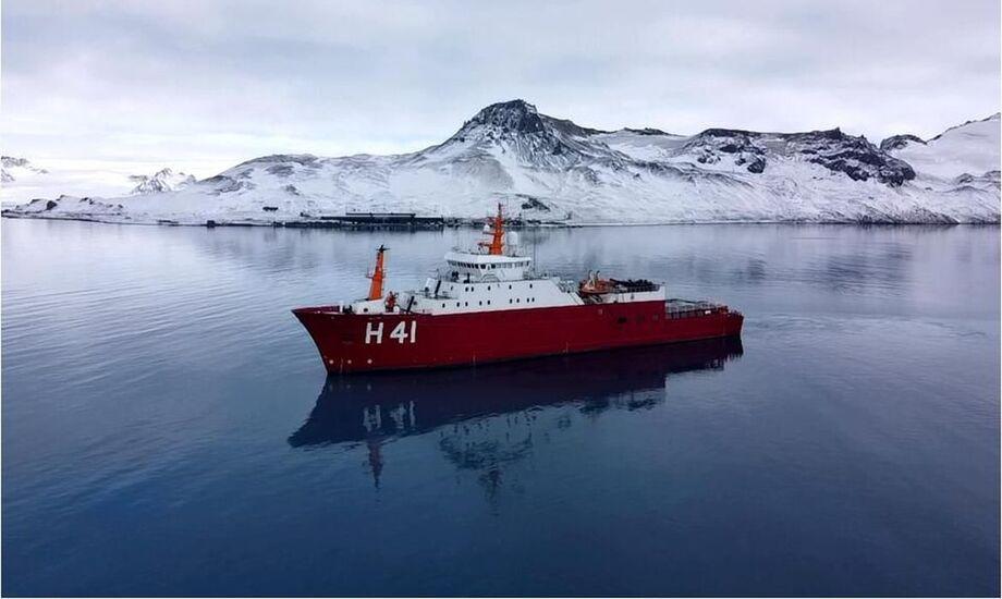 O Navio Polar Almirante Maximiano desatraca na manhã desta quarta-feira (28)