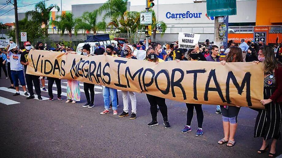 Manifestação em repúdio à morte de João Alberto Silveira, que foi espancado violentamente dentro da loja do Carrefour, em Porto Alegre, no Rio Grande do Sul.