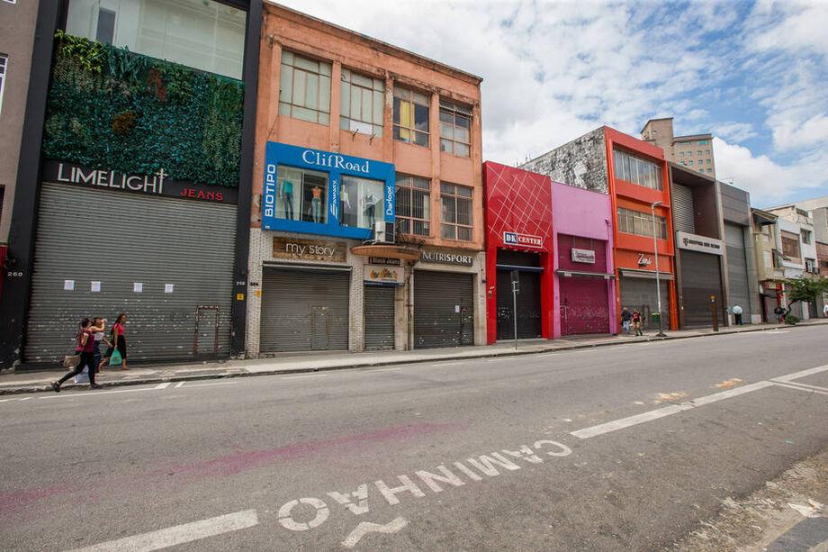 Comércio fechado na Rua José Paulino, no Bom Retiro, centro de São Paulo