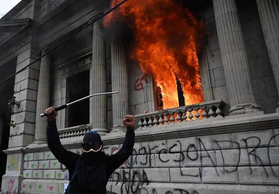 Home celebra nas ruas enquanto prédio do Congresso queima; manifestantes pedem saída do presidente Alejandro Giammattei
