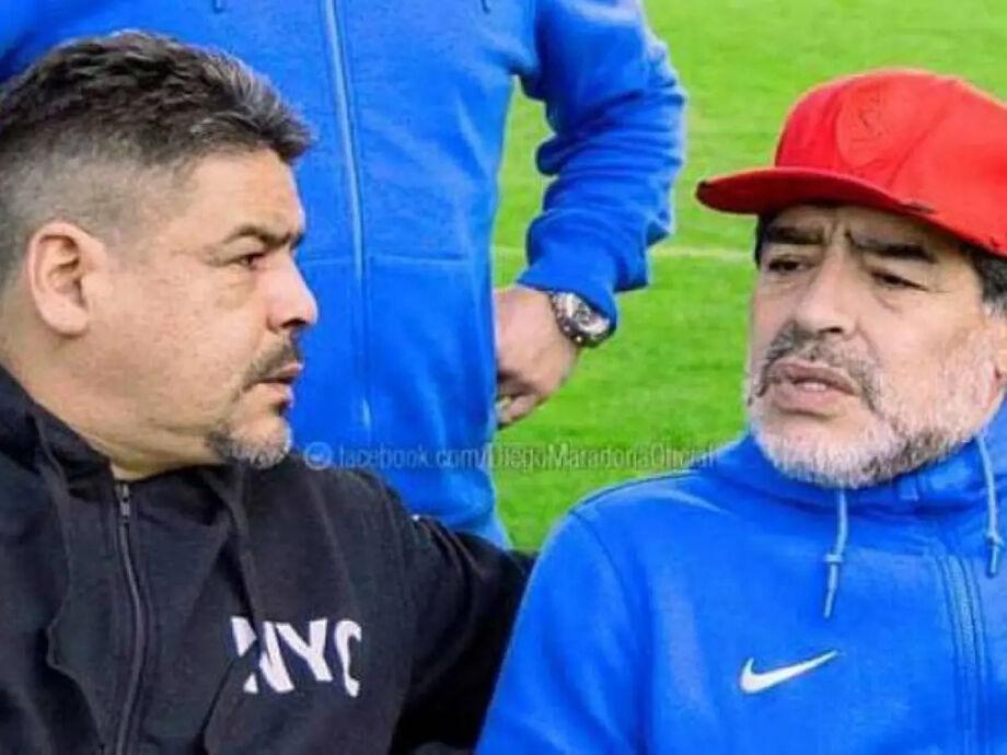 Diego Maradona ao lado de seu irmão, Hugo