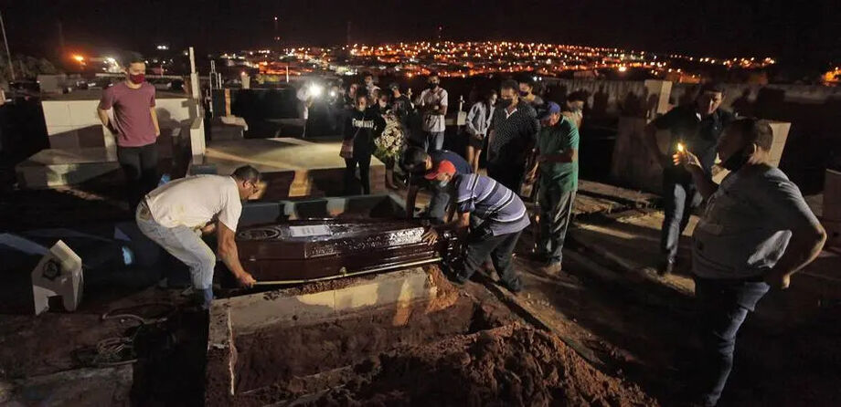 Enterro de vítimas do acidente rodoviário no Cemitério Municipal de Itaí