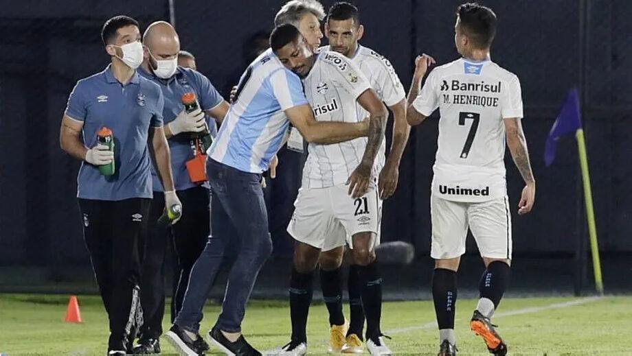 Jean Pyerre comemora com Renato Gaúcho, que prestou homenagem a Maradona, o gol do Grêmio contra o Guaraní do Paraguai