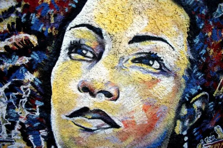Pintura de Marielle Franco é exposta no bairro do Estácio, região central do Rio, local do assassinato