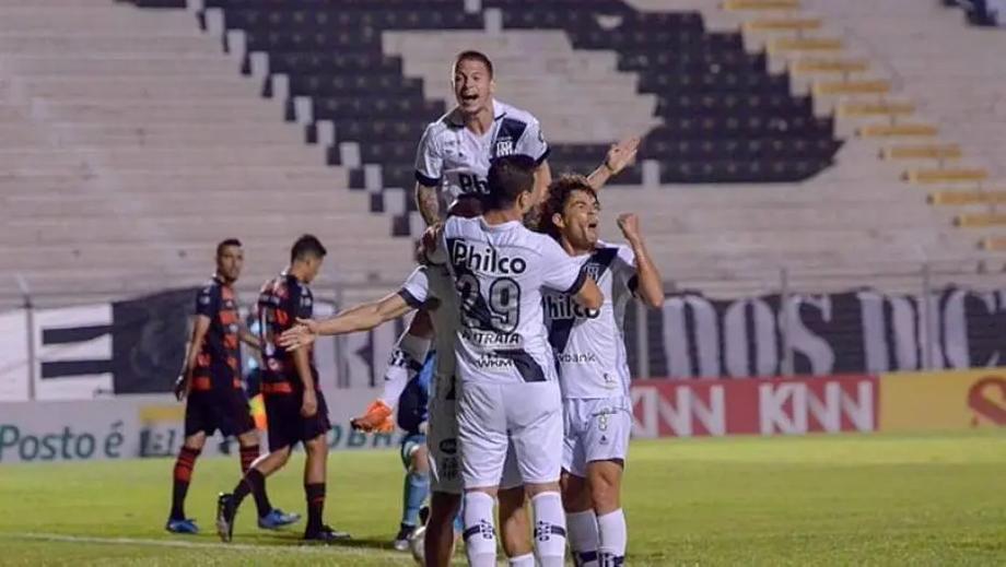 Jogadores da Ponte Preta comemoram gol marcado sobre o Oeste