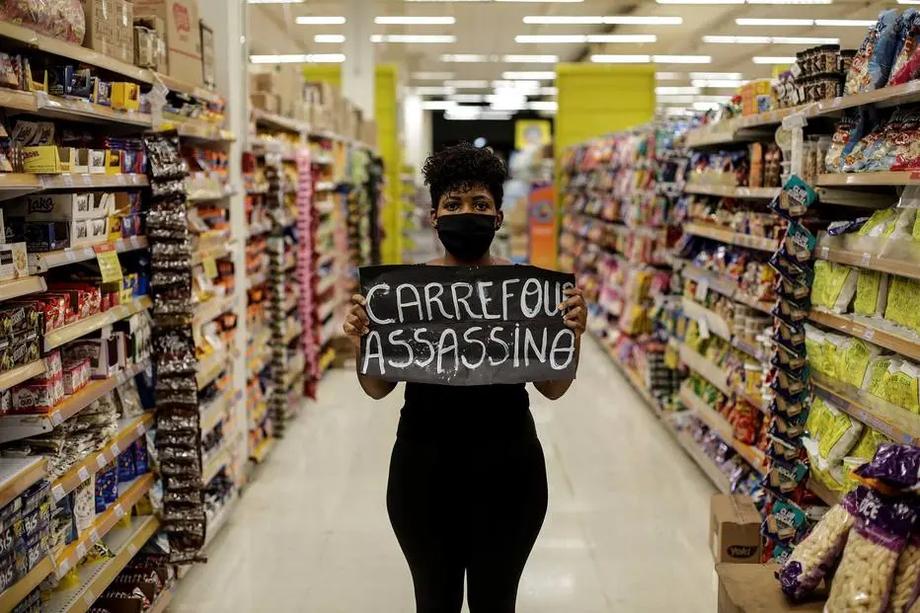 Mulher protesta neste domingo em um supermercado da rede Carrefour, na Barra da Tijuca, no Rio de Janeiro