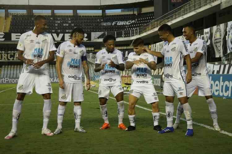 Jogadores do Santos comemoram gol em vitória sobre o Sport, na Vila Belmiro