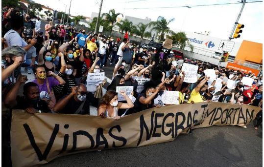 Protesto em frente à unidade do Carrefour em Porto Alegre, onde ocorreu o crime