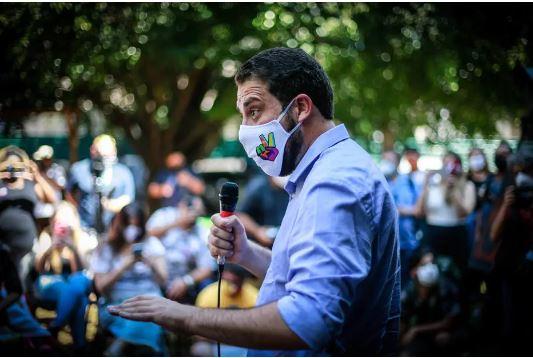 O candidato Guilherme Boulos (PSOL), durante encontro com empreendedores e pequenos comerciantes