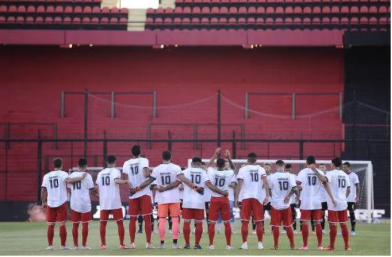 Jogadores do Independiente vestem camisetas em homenagem a Diego Armando Maradona, em uma partida contra o Colon de Santa Fe